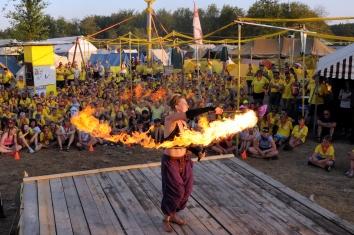 enorme vlam tijdens vuurshow bij scouting evenement