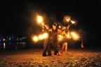 vuurshow tijdens festival op het strand