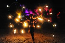 inge en coretta tijdens de vuurshow op psy-fi festival