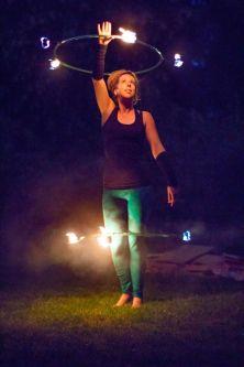 foto van artiest met twee vuur hoepels
