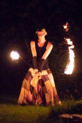 artiest heeft brandende vuurpoi vast