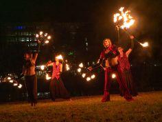 Optreden met vuurwaaiers en staff